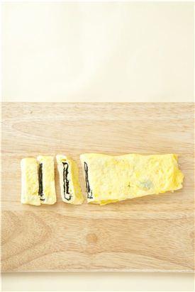 5. 먼저 말아둔 달걀말이와 이어 말아 식으면 적당한 두께로 썬다.