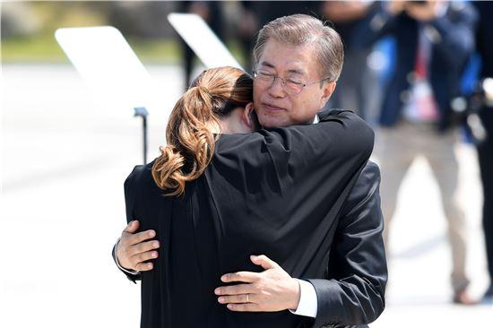 18일 제37주년 5·18광주민주화운동 기념식에서 문재인 대통령이 5월 유족인 김소형 씨를 위로하고 있다.(사진=연합뉴스)