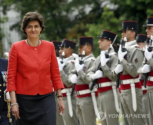 프랑스 새 정부의 첫 국방장관으로 임명된 실비에 굴라드 유럽의회 의원이 17일(현지시간) 파리에서 취임식을 갖고 의장대를 사열하고 있다. 사진 = AP/연합뉴스
