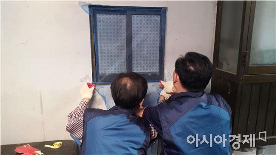 17일 서울 금천구 독산3동 한 주택가에서 '돌진사' 멤버들이 방충망 설치 봉사활동을 하고 있다.