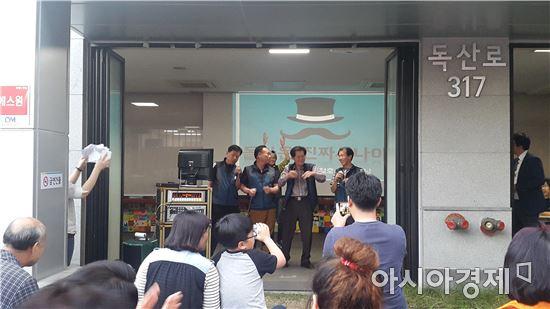 17일 저녁 서울 금천구 독산3동 주민센터에서 '돌진사' 멤버들이 가족노래자랑에 참가해 노래를 부르고 있다.