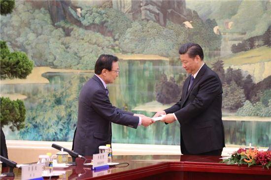문재인 대통령의 중국 특사인 이해찬 전 국무총리(왼쪽)가 시진핑 중국 국가주석에게 문 대통령의 친서를 전달하고 있다.[사진=베이징 공동취재단]