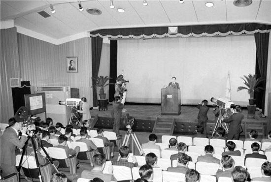 민청학련 사건의 수사 중간발표를 하는 중앙정보부/사진=국가기록원