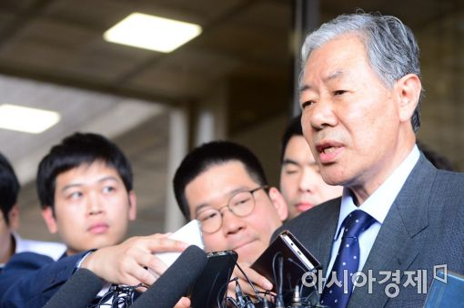 최순실씨의 변호사인 이경재 변호사가 검찰로 들어서며 취재진의 질문에 답변하고 있다/사진=아시아경제DB