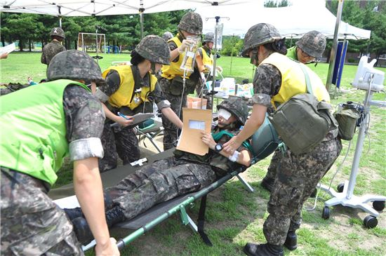 <h1>피투성이 부상병 지켜내는 '강철심장' 간호장교</h1>