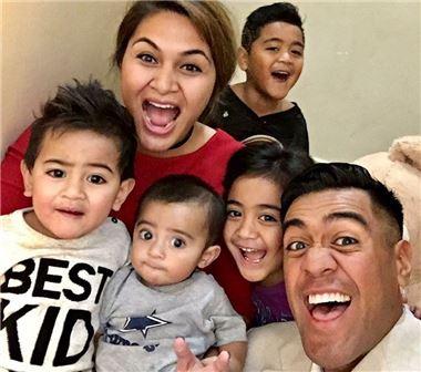 토니 피나우는 4명의 아이들이 좋아하는 하와이와 로스앤젤레스, 올랜도에서 열리는 대회는 무조건 가족과 동반한다.