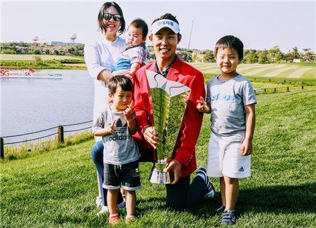 최진호는 지난달 SK텔레콤오픈 우승 직후 8개월 된 셋째 아들이 함께 한 '트로피 가족사진'을 완성했다.