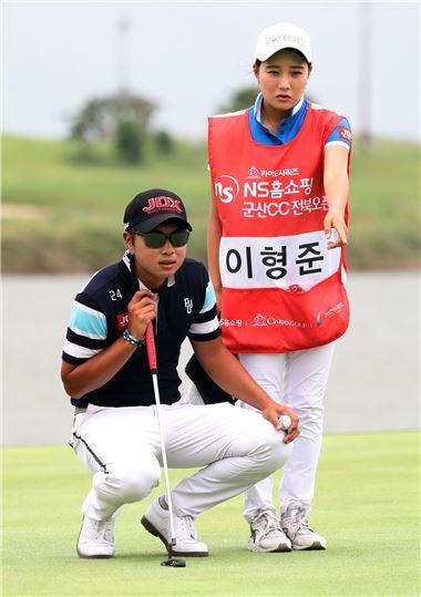 이형준은 지난 2일 끝난 군산CC전북오픈에서 여자친구 홍수빈씨와 우승을 합작했다.