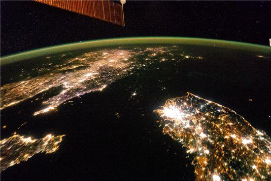 북한의 전력 상황을 단적으로 보여주는 NASA의 위성사진. 북한은 막대한 자원보유에도 불구하고 기술과 인프라 부족으로 자원 수출에 큰 손해를 보고 있다.