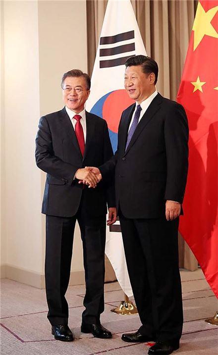 문재인 대통령과 시진핑 중국 국가주석이 지난 7월 6일 독일 베를린 인터콘티넨탈 호텔에서 열린 한-중 정상회담에서 악수하고 있다.