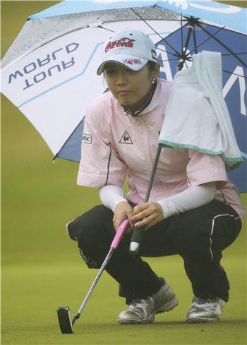 우산 안에 수건을 걸어 놓으면 스윙 전후 곧바로 물기를 제거할 수 있다.