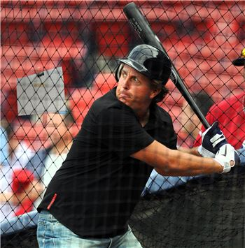 골프와 야구는 스윙, 용어 등이 유사한 '사촌지간'이다. 필 미켈슨이 방망이를 잡고 스윙을 하고 있는 모습이다.