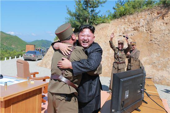 북한 김정은 노동당 위원장이 지난 4일 대륙간탄도미사일(ICBM) 화성-14형 발사를 지켜보며 기뻐하고 있다. 사진 = 연합뉴스