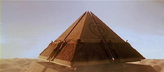영화 스타게이트에서 외계인 우주선으로 묘사되는 피라미드(사진=영화 '스타게이트' 장면 캡쳐)