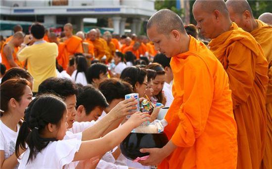 라오스에서는 매일 새벽 많은 주민들과 관광객들이 승려들에게 탁발 공양을 하기 위해 거리로 나온다.