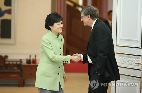 지난 2013년 4월 방한한 빌 게이츠 마이크로소프트 이사회 의장이 주머니에 손을 넣은 상태로 박근혜 대통령과 악수하고 있다.