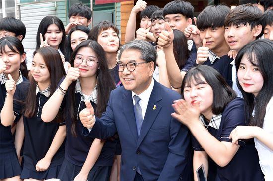 이재정 경기도교육감이 성남 분당경영고를 방문해 학생들과 기념사진을 찍고 있다.