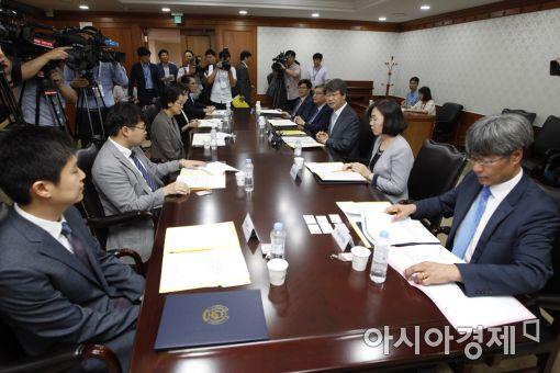 신고리 5·6호기 공론화위원회가 지난 24일 첫 회의를 열고 있다.