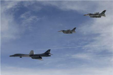 한반도 상공 비행하는 미 장거리전략폭격기 B-1B
