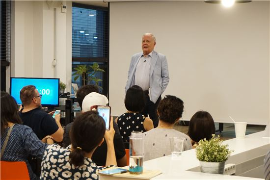세계적인 투자가인 짐 로저스가 지난달 31일 서울 용산에 위치한 서울글로벌창업센터를 방문해 입주 스타트업 기업가들과 도전정신 등에 대해 이야기를 나누고 있다.