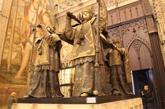 스페인 세비야대성당에 있는 콜럼버스의 관(사진=위키피디아)