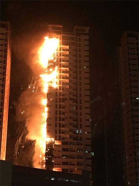 2016년 3월 아랍에미리트연합(UAE) 아지만시의 한 초고층 아파트 단지에 큰 불이 나 한개 동 전체가 불길에 휩싸여 있다.