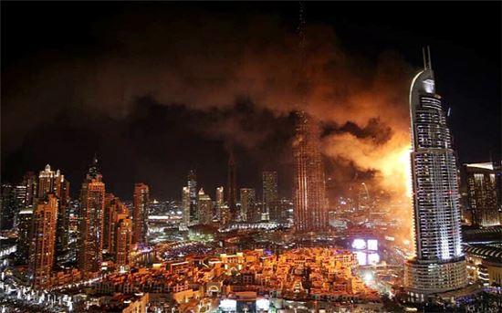 2015년 12월31일 두바이의 어드레스다운타운호텔이 불길에 휩싸여 있다.