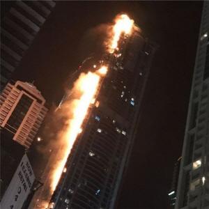 4일 새벽 두바이 86층 토치 타워에서 일어난 대형 화재. (트위터 캡처)