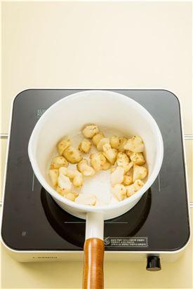 3. 냄비에 식용유 약간을 두르고 뚱딴지를 볶다가 물 1컵을 넣고 끓인다. 국물이 끓으면 조림장을 넣고 은근한 불에서 간이 배도록 조린다.