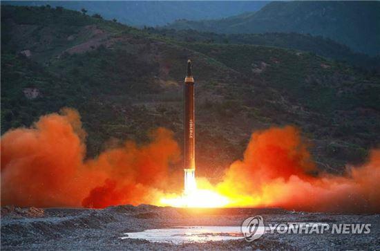 북한이 5월14일 신형 지상대지상 중장거리 미사일 '화성-12형'의 시험발사에 성공했다고 북한 노동신문이 15일 보도했다. 사진은 북한이 발사한 직후의 화성-12의 모습. [이미지출처=연합뉴스]