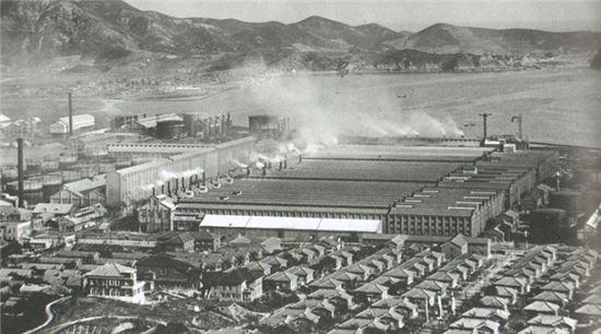 일제강점기 흥남에 위치했던 조선질소비료공장 일대 전경. 전시 대규모 군수물자 생산기지로 활용됐다.(사진=위키피디아)