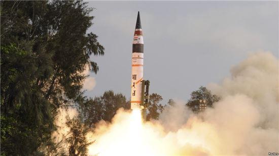 핵탄두 탑재 가능 ICBM 시험발사에 성공한 인도는 사실상 국제사회의 핵무기 보유국으로 인정받고 있다. 사진은 인도 최초의 ICBM 아그니 5의 발사 모습. 사진 = DRDO