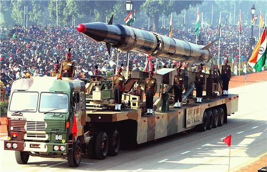 2004년 1월 6일 인도 공화국의 날 퍼레이드에 등장한 아그니-II 미사일 모습. 사진 = wikimedia