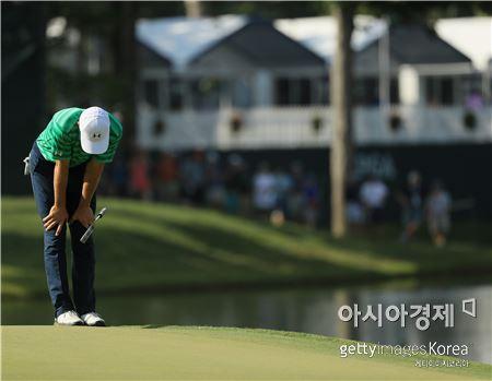 조던 스피스가 PGA챔피언십 첫날 14번홀에서 버디퍼팅을 놓친 뒤 아쉬워하고 있다. 샬럿(美 노스캐롤라이나주)=Getty images/멀티비츠