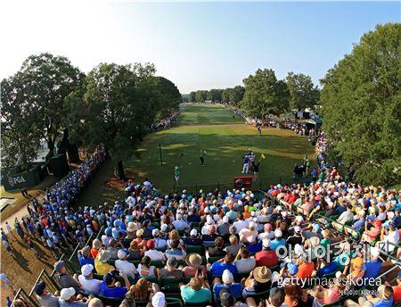 조던 스피스가 PGA챔피언십 첫날 10번홀에서 티 샷을 하고 있다. 샬럿(美 노스캐롤라이나주)=Getty images/멀티비츠