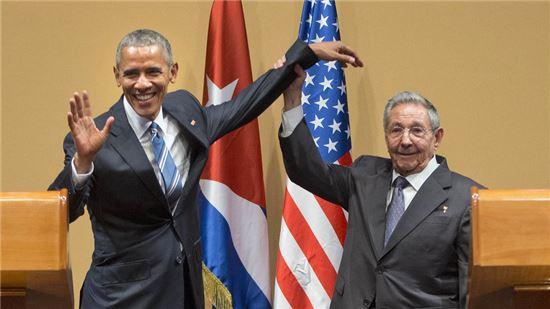 2016년 3월 21일 반세기만에 미국과 쿠바 양국 정부가 공식적으로 접촉한 순간, 사진 왼쪽은 버락 오바마 당시 미국 대통령, 오른쪽은 라울 카스트로 쿠바 대통령. 사진 = AP/연합뉴스