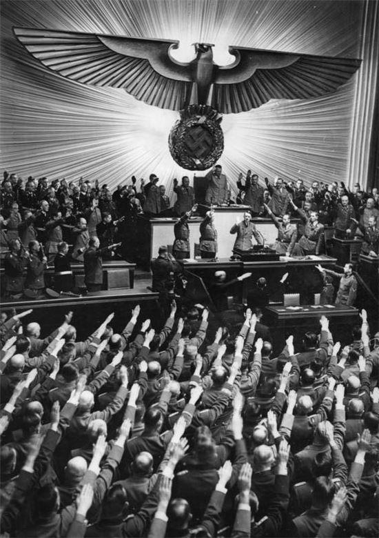 1941년 베를린 국가의회에서 군중들이 히틀러를 향해 나치경례(Hitlergruß)를 하는 모습. 사진 = Heinrich Hoffmann