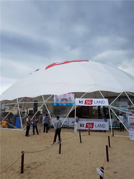 5G랜드는 초대형 돔 텐트 및 이벤트 광장 2개 구역으로 구성됐다. 돔 텐트에 마련된 인공 아이스링크에서는 360도 가상현실(VR), 타임슬라이스를 체험할 수 있었다.