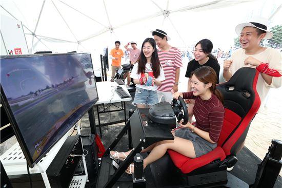 5G 랜드의 초대형 돔 텐트를 찾은 관람객이 VR어트랙션을 즐기는 모습