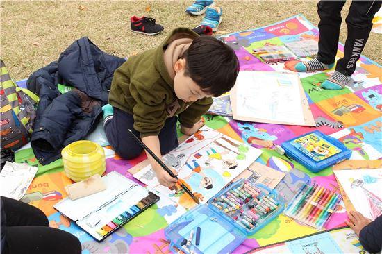 지난해 '대한민국 어린이 푸른나라 그림대회' 본선에 참가한 어린이가 그림을 그리고 있다.(제공=현대차)