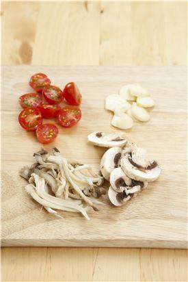 2. 방울토마토는 반으로 가르고, 마늘은 편으로 썰고, 느타리버섯은 가닥가닥 떼어내고, 양송이버섯은 모양대로 편으로 썬다.