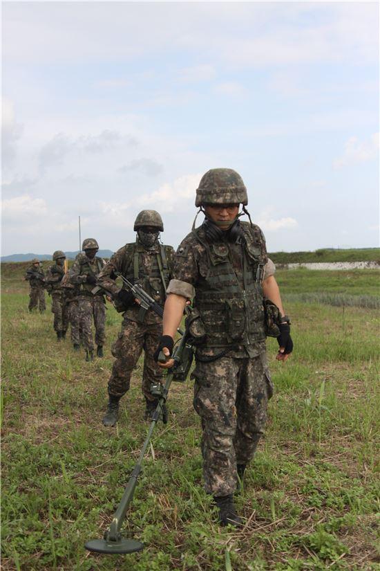 <h1>[양낙규의 Defence Club]북한군 코앞서 지뢰탐색 직접 해보니</h1>