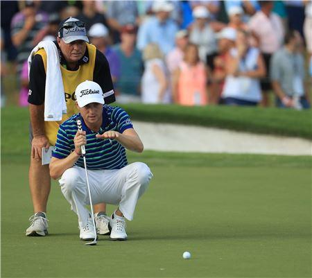 저스틴 토머스가 PGA챔피언십 셋째날 17번홀에서 캐디와 함께 퍼팅라인을 살피고 있다.