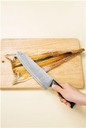 1. 북어는 물에 담가 껍질이 부드러워지면 물기를 짜고 가위로 지느러미를 잘라낸 다음 먹기 좋게 자르고 껍질 쪽에 칼집을 넣는다.