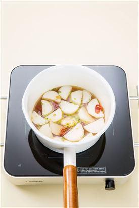 4. 냄비에 물 2컵과 마른 고추, 무를 넣어 끓이다가 무가 반 정도 익으면 양념을 반만 넣고 북어, 오징어, 당근을 넣어 끓인다.