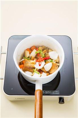 5. 국물이 끓으면 나머지 양념과 풋고추, 홍고추를 넣어 자작하게 끓여 그릇에 담고 대파를 곁들인다.   tip) 나머지 양념을 넣고 중간 불로 5분 정도 끓인다.