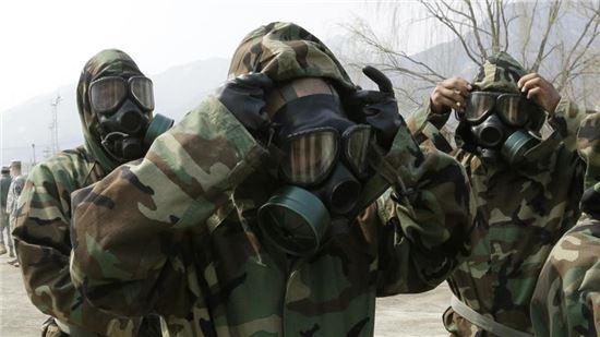 2013년 4월 의정부 미군 23화학대대 소속 군인들의 화생방 방호 시범 훈련 모습. 사진 = AP/연합뉴스