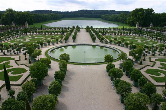 프랑스 루이14세 때 만든 베르사이유 궁전의 정원. 물을 끌어오기 위해 1400여개의 수차를 매일 인력으로 돌려야 했다.(사진=위키피디아)