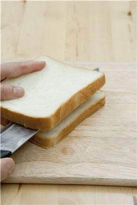 1. 식빵의 옆면에 빵칼로 칼집을 넣는다.