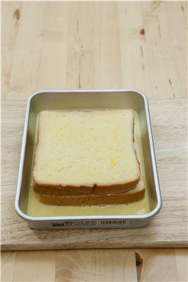 4. 딸기잼과 크림치즈를 섞어 식빵의 칼집 안에 채워 넣고 ③의 달걀물을 입힌다.